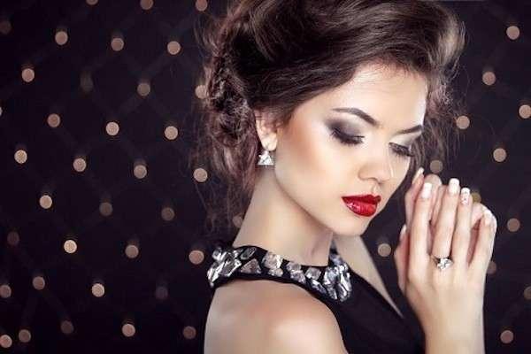 make-up-classico-con-smokey-eyes-nero-e-labbra-laccate.jpg